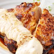 肉厚の鶏もも肉をジューシーに焼き上げます。オリジナルのタルタルソースをたっぷりつけて召し上がれ。