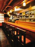 カウンターでは、温かい家庭のような雰囲気の中で食事できます