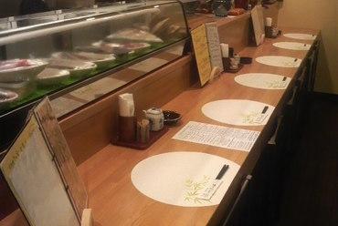 その日に仕入れた鮮魚が並び、店主と会話が楽しめるカウンター席