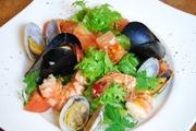 エビ・ムール貝・ホタテなどゴロゴロ入った魚介のサラダ