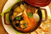 本日の鮮魚丸ごととエビ・ムール貝・アサリ・タコ・イカが入った豪華ブイヤベース。当店一押しメニュー