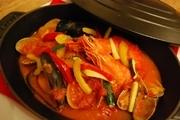 その日の鮮魚と魚介のトマトソース煮込み。余ったダシでリゾットかパスタに