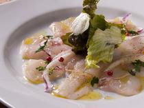 その日に仕入れた魚を使用『今日の鮮魚のカルパッチョ』