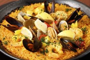 新鮮魚介とサフランライスが美味しい『魚介のパエリア』