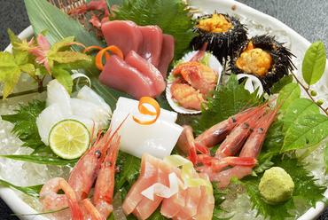 旬の鮮魚を楽しめる店自慢の逸品『お造り盛合わせ(2~3人前)』