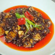 花椒庭・麻婆豆腐(葉ニンニクのせ)自家製ラー油と山椒の香り