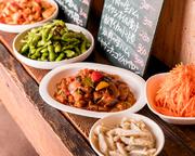店内ミニ黒板から日替わりのお惣菜に好きに選べます。常時5~6種類用意してます。※内容は日によって異なります。