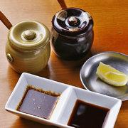 七福特製こだわりの特製タレ! 昆布や鰹のお出汁を使った醤油タレと、 味噌やはちみつを使った甘口タレの2種類をご用意しています 味の違いをぜひお楽しみください!