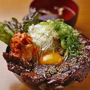 柔らかハラミをたっぷりを乗せた名物丼ぶりです! ご飯特大+肉2倍のメガ盛りもご用意しています! ※写真はイメージです。  ・ライス大…990円 ・肉増し…1,250円 ・メガ盛り…1,650円