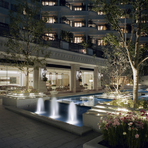 夜は宝石のようなハーバーランドの夜景や幻想的にライトアップされたアクア・ガーデンを見ながら、とびきりロマンティックなひとときをお愉しみください。
