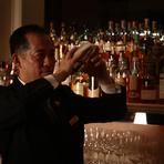 夕刻から深夜までのカクテル・アワー。ディナーの後に、お洒落なカクテルはいかがでしょう。 日本ホテルバーメンズ協会(HBA)認定シニア・バーテンダーである小前岳志をはじめ、一流のバーテンダーが、お客様のお好みやその日の気分にぴったり合うカクテルをお作りいたします。 バーテンダーやソムリエをはじめスタッフ全員が心温まるサーヴィスでおもてなしいたします。