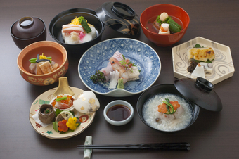 和心の料理を一揃い楽しめる人気のコースです。季節によって内容が変わります。