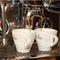 イタリアで焙煎されたコーヒー豆とエスプレッソマシーン