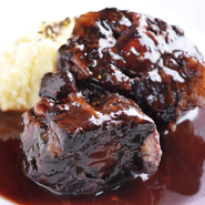 A4、A5ランクの飛騨牛のテール、ほほ肉を、赤ワインでじっくり煮込んだ