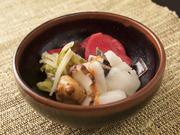 赤カブやキクイモなど、さまざまな野菜を使った自家製のおしんこ。その日によって、3~4種選んで盛り合わせ