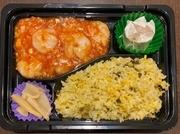 選べる中華弁当✨ ・牛肉オイスター炒め・ユーリンチー・麻婆茄子・エビチリ、こちらの中からメインがお選びいただけます。お食事は、白いご飯または炒飯からお選びいただけます。(例:エビチリ炒飯弁当)