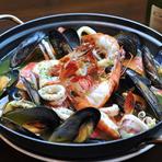 三陸産のムール貝や銚子産のキンメなどの白身魚などその季節のいちばん美味しい魚介を味わえます。2~3人前です。4~5人前のLサイズ 3000円もございます。