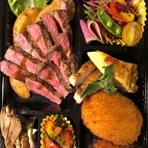 国産牛サーロインステーキとTaWaRaコロッケをメインに、日替わりのサラダやアスパラガスのオムレツ、自家製スモークチキンなどを詰め込みました。