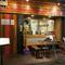オープンキッチンのカウンターや半個室など心地の良い空間を提供