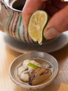 松茸、はも、海老、かまぼこ、三つ葉、ぎんなんと具だくさんが嬉しい。