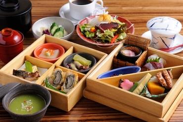 多彩な和食が盛り込まれた『松花堂弁当』 全八品