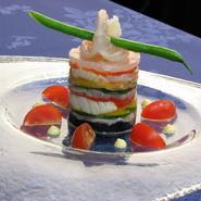 海の幸とと色鮮やかな野菜を薄くスライスして、お菓子のミルフィーユのように重ねたオードブルです。