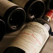 スパークリングワイン、白ワイン、赤ワイン、オレンジジュース、ウーロン茶 5種類
