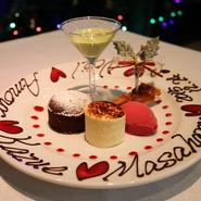 デザートにチョコレートでメッセージをお書きいたします。サプライズでふたりの距離がさらに縮まります。