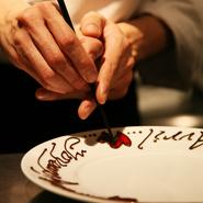 ★¥3900・¥5600・¥7300・¥10000のコース限定   お誕生日・記念日限定サービスとは、 大切な人の 誕生日や結婚記念日、結婚のお祝い  定年退職のお祝い 卒業のお祝い 入学のお祝い 送歓迎会などにご利用下さい。  誕生日のその日でなくてもかまいません。  皆さんが、そろってお祝いをしてあげられる日に、予約をしてお越し下さい。  そのほか、何かご要望があれば気軽に相談してください。
