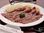骨付きカルビの骨を抜いた長大肉。焼き上がったらハサミでカットして専用ダレでお召し上がり下さい。