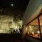 建物の奥に見えるトンネル。さらに遠い月が幻想的に照らします