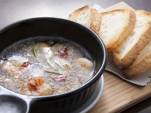 香りたっぷりのオイルで煮た『海老とプチトマトのアヒージョ』