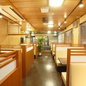 2階のレストランは、テーブル席 32席、座敷席 24席