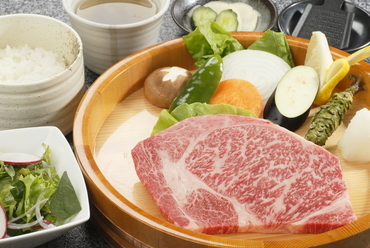 『小形牧場牛石焼ロースステーキ(150g)定食』焼野菜・サラダ付