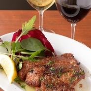 肉質が良く、柔らかい緑茶豚を自慢の特製ダレに漬け込んでスペアリブに。脂身が美味しいものを厳選して扱っています。赤ワインとも、白ワインとも相性の良い逸品です。