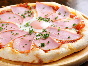 半熟タマゴを崩しながら! 『自家製ピザ・ビスマルク』