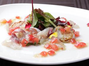 色合いが鮮やかな『築地市場朝採り厳選鮮魚のカルパッチョ』