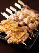 お店の看板料理の一つでもある『串』。備長炭で香ばしく炙った串を、おまかせで盛り合わせます