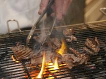 じっくり炭火で肉の旨みを引き出しながら焼いています