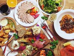 大皿料理を取り分けて頂くスタイルです。旬のもの、地元食材を使用。季節、仕入れによって内容変更あり。