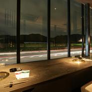 金華山や長良川に囲まれた岐阜の風情漂う店舗です。美しい景色を見ながらのお食事は、おいしさも格別です。
