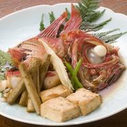 金目鯛とよく合うゴボウ・豆腐を添えて。ボリュームもある一品です。