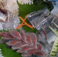 生簀で泳ぐ魚を その場で調理。旬のお魚を味わって下さい。