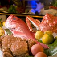 季節により、地元近くでとれた金目鯛、黒豚、キビナゴ、筍など旬の食材を活かした創作料理を提供。合わせるお酒も厳選してご用意しています。お料理、お酒、どちらを楽しみにしても満足していただけると思います。