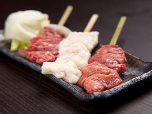 新鮮な鶏肉とこだわりの塩の組み合わせでつくる串焼きをどうぞ