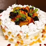 『馬刺し』や『炭火焼き』と並んで大人気となっている、シェフ手づくりの『サプライズケーキ』。フレッシュなフルーツなどをつかい手間をかけたスイーツは、専門店のおいしさと評判です。