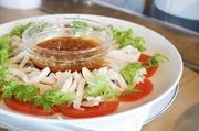 バジルの香味が効いたカプリ風の冷菜に生ハムを添えて