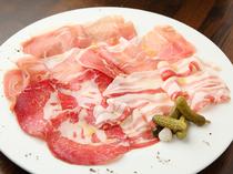 イタリア、サン・ダニエーレ産の生ハムを使用