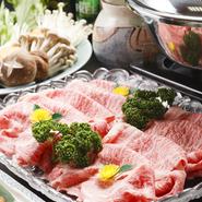 地元の食材にこだわり、厳選された茨木県産常盤牛が楽しめます。程よく入ったサシと脂身の旨みはまさに絶品。しゃぶしゃぶすることで素材の旨みが凝縮され、口の中でとろけます。