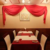 ミュシャに囲まれた大人な雰囲気でワインと料理をご堪能ください